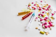 Medyczne kolorowe buteleczki dla wtryskowego strzykawki i czerwieni serca na białym tle zdrowe serce lifestyle kosmos kopii Fotografia Royalty Free