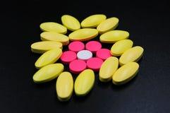 Medyczne pastylki różne na kolorze Zdjęcia Royalty Free