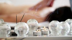Medyczne szklane filiżanki w masażu pokoju na tle fizjoterapia zbiory wideo
