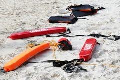 Medycznego nagłego wypadku narzędziowej torby lub pierwszej pomocy zestaw na plaży obraz royalty free