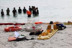 Medycznego nagłego wypadku narzędziowej torby lub pierwszej pomocy zestaw na plaży z pe obraz stock