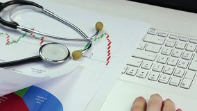 Medycznego naukowa dyrygentury badanie, porównujący diagram, pracuje na laptopie zbiory wideo