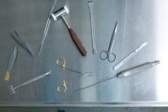 Medyczni instrumenty dojrzały ponad operacji plastycznej białą kobietą Obraz Stock