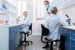 Medyczni pracownicy opowiada w laboratorium fotografia stock