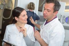 Medyczni pracownicy w radiologia dziale Obraz Stock