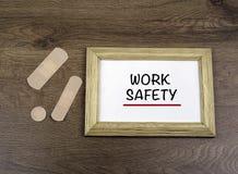 """Medyczni tynki i drewniana rama z tekstem: """"Work Safety† o Fotografia Royalty Free"""