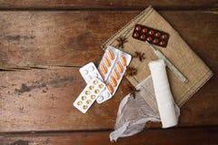 Medyczny bandaż, pigułki i termometr na drewnianym tle, Odgórny widok Zdjęcie Stock