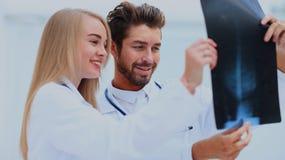 Medyczny i radiologia pojęcie - dwa lekarki patrzeje promieniowanie rentgenowskie Obrazy Royalty Free