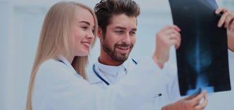 Medyczny i radiologia pojęcie - dwa lekarki patrzeje promieniowanie rentgenowskie Zdjęcie Royalty Free