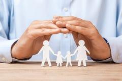 Medyczny lub podróż ubezpieczenie Mężczyzna zakrywa rodziny z jego rękami od ojca, matki, syna i córki jego, obrazy royalty free