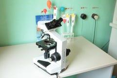 Medyczny mikroskop i próbne tubki na lab stole obraz stock