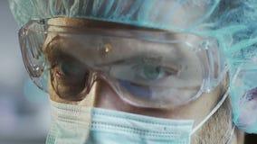 Medyczny naukowiec w ochronnym szkła działaniu w laboratorium, twarzy zamknięty up zbiory