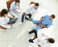 Medyczny personel, dyskutuje praca plan z pacjentami obraz stock