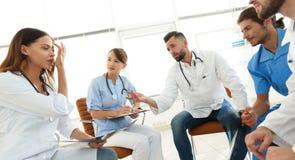 Medyczny personel dyskutuje promieniowanie rentgenowskie pacjent obrazy stock
