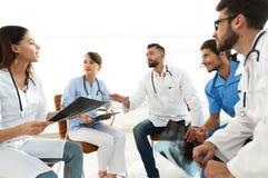 Medyczny personel dyskutuje promieniowanie rentgenowskie pacjent obraz stock
