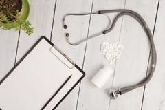 Medyczny pojęcie stetoskop, ochraniacz, butelka i biały pi serce -, obraz stock
