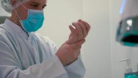 Medyczny pracownik dezynfekuje ręki z anticeptic gel zbiory wideo