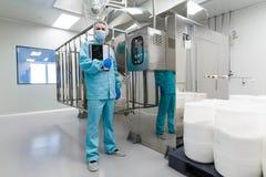 Medyczny pracownik sprawdza czytania pulpit operatora obrazy stock