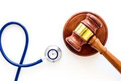 Medyczny prawo, zdrowia prawo Młoteczek i stetoskop na białej backgound odgórnego widoku kopii przestrzeni Fotografia Royalty Free