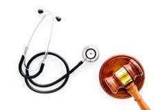 Medyczny prawo, zdrowia prawo Młoteczek i stetoskop na białej backgound odgórnego widoku kopii przestrzeni Obrazy Stock