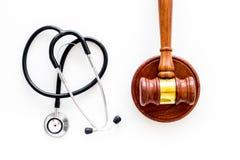 Medyczny prawo, zdrowia prawa pojęcie Młoteczek i stetoskop na białego backgound odgórnym widoku Zdjęcie Stock