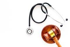 Medyczny prawo, zdrowia prawa pojęcie Młoteczek i stetoskop na białej backgound odgórnego widoku kopii przestrzeni Obraz Royalty Free