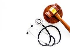 Medyczny prawo, zdrowia prawa pojęcie Młoteczek i stetoskop na białej backgound odgórnego widoku kopii przestrzeni Fotografia Royalty Free