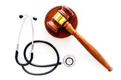 Medyczny prawo, zdrowia prawa pojęcie Młoteczek i stetoskop na białej backgound odgórnego widoku kopii przestrzeni Obraz Stock