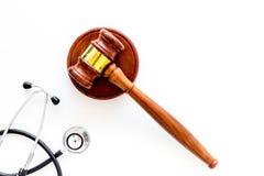 Medyczny prawo, zdrowia prawa pojęcie Młoteczek i stetoskop na białej backgound odgórnego widoku kopii przestrzeni Zdjęcia Royalty Free