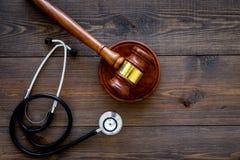Medyczny prawo, zdrowia prawa pojęcie Młoteczek i stetoskop na ciemnej drewnianej backgound odgórnego widoku kopii przestrzeni Obraz Stock