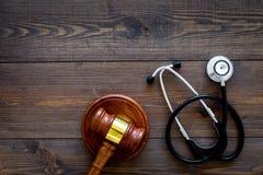 Medyczny prawo, zdrowia prawa pojęcie Młoteczek i stetoskop na ciemnej drewnianej backgound odgórnego widoku kopii przestrzeni Zdjęcia Royalty Free