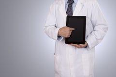 Medyczny profesjonalista wskazuje jego pastylka komputer. obrazy royalty free