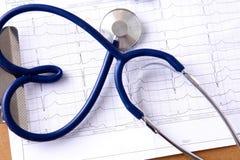 Medyczny stetoskop blisko laptopu na drewnianym Zdjęcia Stock