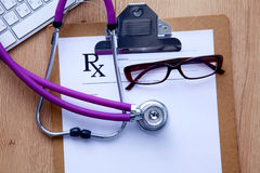 Medyczny stetoskop blisko laptopu na drewnianym Fotografia Stock