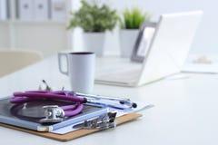 Medyczny stetoskop, laptop, falcówka na biurku w szpitalu Zdjęcia Stock