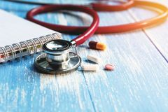 Medyczny stetoskop z farmaceutycznymi medycyn pigułkami, capsu i Obrazy Royalty Free