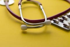Medyczny stetoskop z pigułkami Zdjęcie Royalty Free