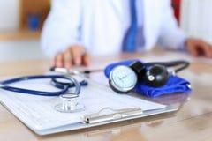 Medyczny stetoskopu lying on the beach na kardiogram mapy zbliżeniu obraz royalty free