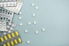 Medyczny tło z barwić paczkami pigułki oncept apteka, klinika, leki, migreny medycyna Wizerunek na chorobie, grypa, zdjęcia stock