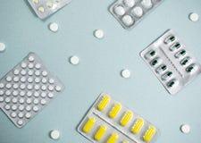 Medyczny t?o z barwi? paczkami pigu?ki oncept apteka, klinika, leki, migreny medycyna Wizerunek na chorobie, grypa, fotografia royalty free