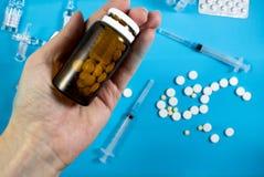 Medyczny t?o z barwi? paczkami pigu?ki oncept apteka, klinika, leki, migreny medycyna Wizerunek na chorobie, grypa, zdjęcia stock
