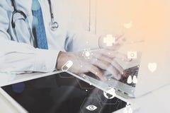 Medyczny technologii pojęcie Doktorski działanie z mądrze telefonem i Zdjęcie Royalty Free