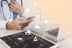 Medyczny technologii pojęcie Doktorski działanie z mądrze telefonem i Fotografia Stock