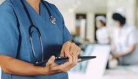 Medyczny technologii pojęcie Mądrze lekarka używa cyfrowego pastylki com fotografia royalty free