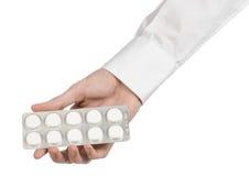 Medyczny temat: lekarki ręka trzyma białą pastylkę odizolowywająca dla zdrowie na białym tle Obraz Royalty Free