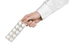 Medyczny temat: lekarki ręka trzyma białą pastylkę odizolowywająca dla zdrowie na białym tle Obraz Stock