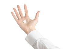 Medyczny temat: lekarki ręka trzyma białą pastylkę odizolowywająca dla zdrowie na białym tle Obrazy Stock