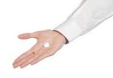 Medyczny temat: lekarki ręka trzyma białą pastylkę odizolowywająca dla zdrowie na białym tle Obrazy Royalty Free