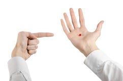 Medyczny temat: lekarki ręka trzyma czerwoną kapsułę odizolowywająca dla zdrowie na białym tle Obraz Stock