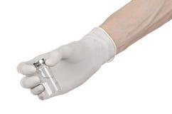 Medyczny temat: lekarki ręka w białej rękawiczce trzyma buteleczkę jasny ciecz dla zastrzyka odizolowywającego na białym tle Fotografia Stock